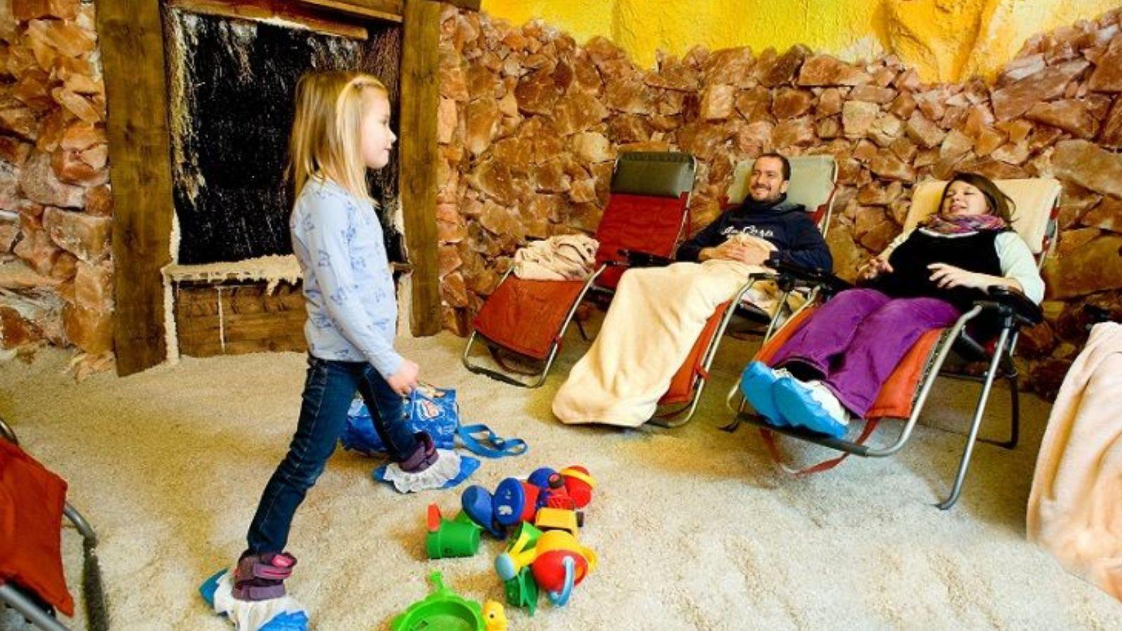 Familie in der Salzgrotte im Hase Bad Bramsche